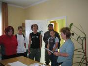 A katafai csapat figyelmesen hallgatja a feladatot.